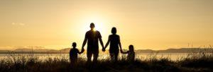 夕日を見る親子の画像