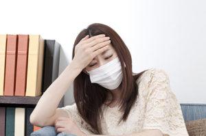 風邪をひいている女性の画像