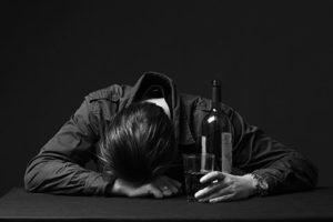 酔い潰れた男性の画像