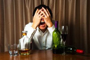 飲酒をやめられない男性の画像